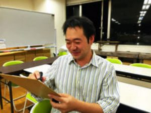 """Mr. Hasebe was drawing the portrait, a bit annoyed and said, """"I am very poor at drawing…"""""""